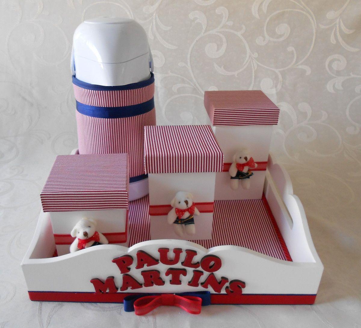 Deixe o quartinho do seu bebê mais fofo com este kit prático e útil para organizar as coisinhas do bebê e facilitar na hora da troca de fraldas. <br> <br>Kit higiene - contendo: <br>1 bandeja <br>3 potes em mdf <br>1 garrafa térmica com capa <br> <br>Consulte o nosso mostruário de tecidos, temos várias opções de cores ! <br> <br>**prazo de entrega 30 à 45 dias úteis**