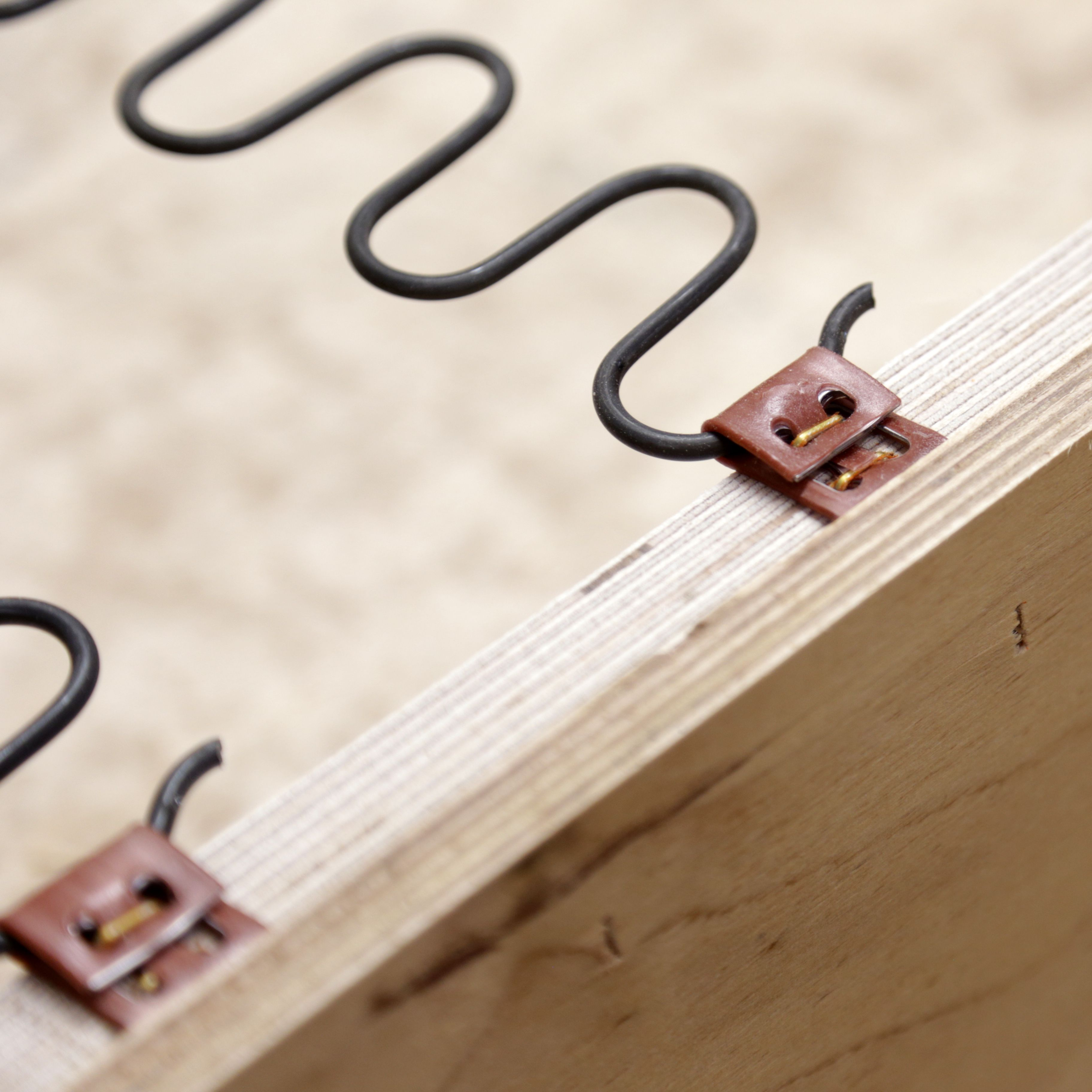 TEHDÄÄN HYVIN |HANDMADE QUALITY Työvaihe: Sohvarungon jousitus | Craft: Sofa frame suspension Tuotantolinja: Sohvat | Production line: Sofas  #pohjanmaan #pohjanmaankaluste #käsintehty