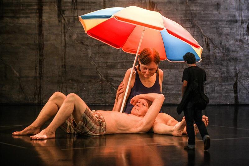 Ron Mueck – Couple Under an Umbrella, no MAM-RJ, Rio de Janeiro.