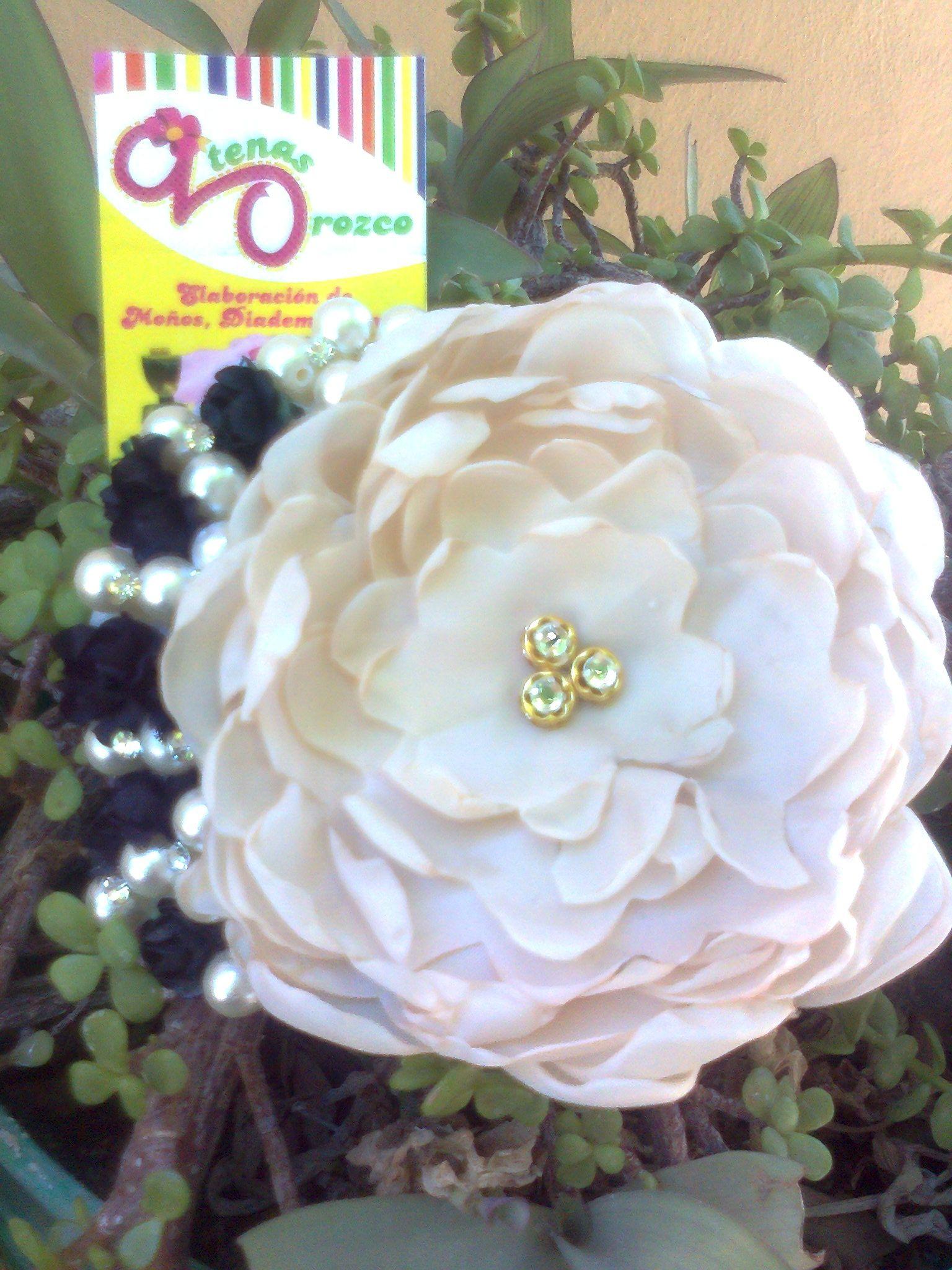 flor con pedreria y perlas en broche