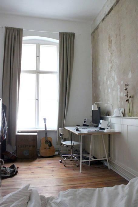 Arbeitsplatz Im Berliner Altbau Grosses Fenster Und Holzdielen