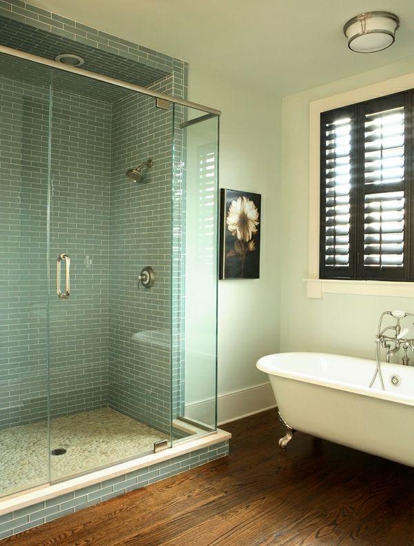 einmalige-geflieste-dusche - eine weiße badewanne daneben