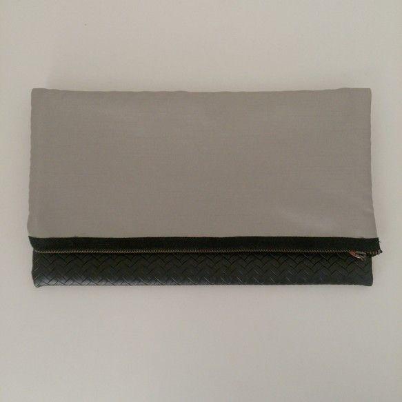サイズ     縦32㎝×横29㎝ (平おき・広げた状態にて採寸)まるで編まれているようなデザイン性のあるフェイクレザーを使ったクラッチバックです...|ハンドメイド、手作り、手仕事品の通販・販売・購入ならCreema。