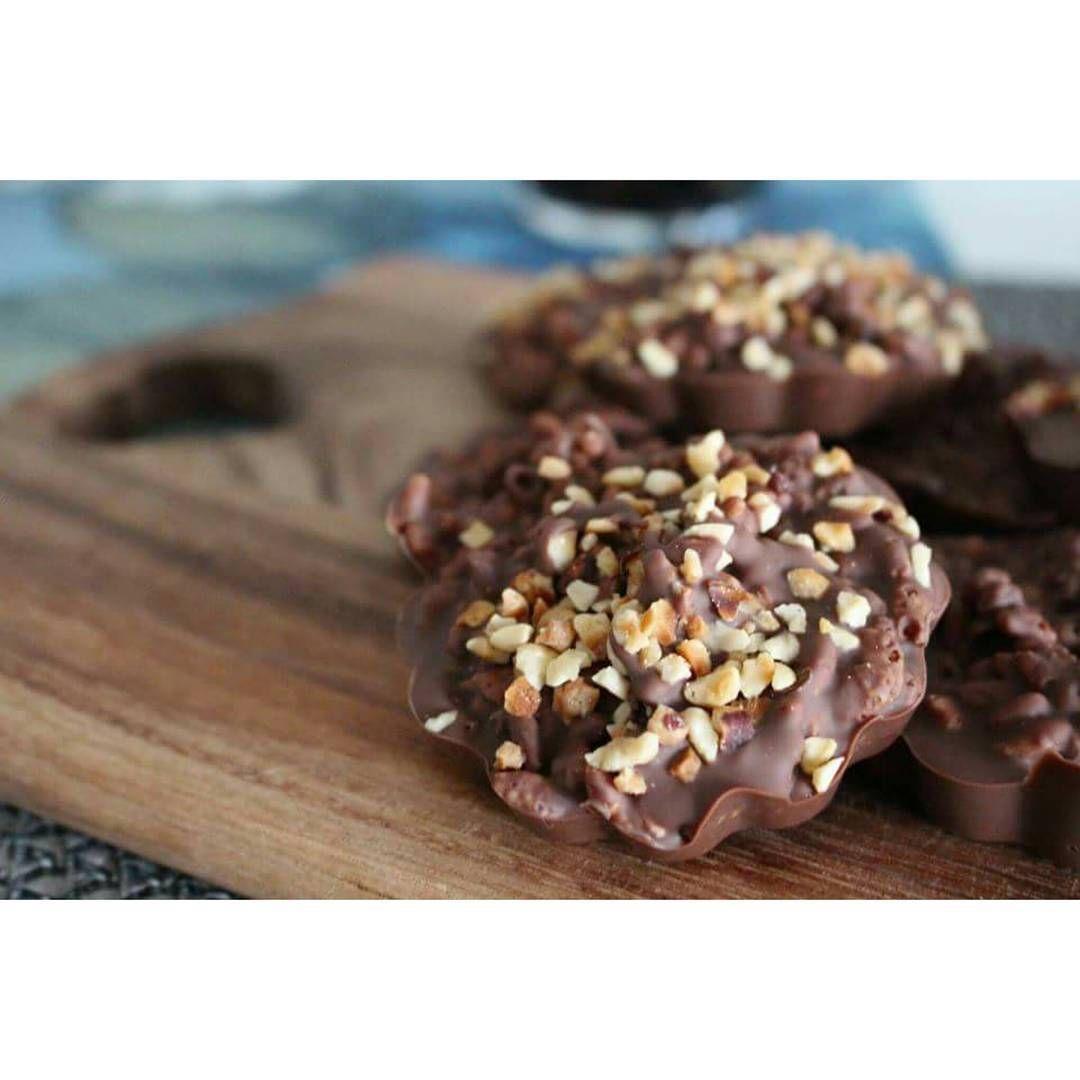 Sovelsin vähän reseptiä ja tein hasselpähkinämaitosuklaariisimuroleivoksia  #mikäsanahirmu ~ 400g maitosuklaata, 2-3dl riisimuroja + silikonivuokia. Sulata maitosuklaa vesihauteessa. Laita vuokien pohjalle tasainen kerros suklaata. Sekoita loppuun suklaaseen riisimurot. Nostele seos vuokiin ja ripottele pinnalle hasselpähkinärouhetta. Anna makeisten jähmettyä muutama tunti viileässä. Nauti!