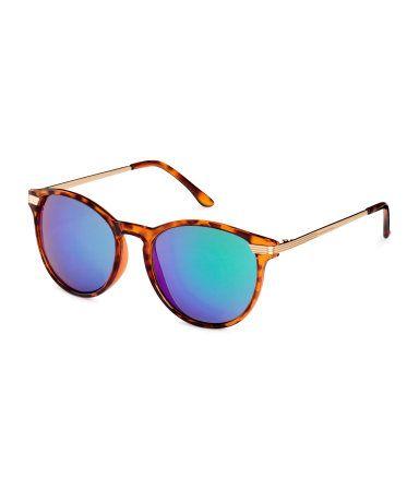Kilpikonnanvärinen. Aurinkolasit, joissa kilpikonnakuosiset muovikehykset ja metallisangat. Öljynvärisissä linsseissä on UV-suoja.