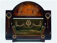 Saloneinrichtung eine Vitrine, ein Sofa, ein Schreibtisch und ein Teetisch von…