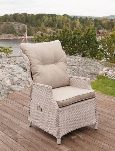 Pen, behagelig og luksuriøs Imperia hagestol med recliner funksjon. Stolen kan benyttes som en særdeles komfortabel og påkostet spisestol eller som lenestol. Stolen fremstår som meget delikat for øynene med sin lyse og innbydende farge. De tykke sete- og ryggputene samt muligheten til å legge ryggen bakover gir optimal komfort!Mål:Dybde 82 cmBredde 65 cmHøyde 99 cmMaterialer:Rammeverk i aluminiumRund/flat PE (polyetylen) flettingPutetrekk i 100 �0polyester...