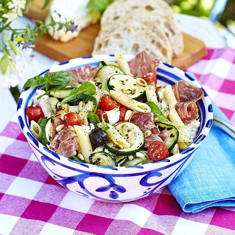 Italiensk Pastasallad Med Salami Och Mozzarella I 2020 Pastasallad Mozzarella Mat