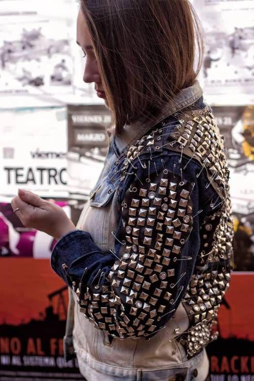 Cazadora vaquera customizada. http://milafalcon.wordpress.com/2014/03/17/cazadora-de-tachuelas/
