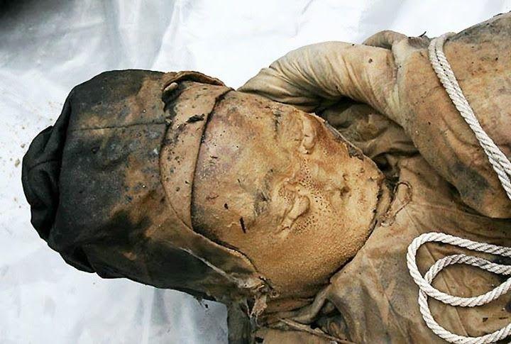 Em 2011, o Museu de Taizhou apresentou ao mundo a descoberta de uma múmia em excelente estado de conservação, com quase 700 anos e que, provavelmente, viveu na época da Dinastia Ming* (governou a China entre os anos de 1368 a 1644). Descoberta na cidade de Taizhou enquanto trabalhadores realizavam a ampliação deuma estrada, a múmia conserva boa parte de seus traços faciais, como é possível observar na foto.