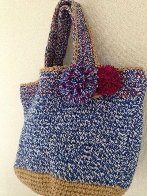 ナチュラルな麻ひもと綿のいろんな糸で編んだカゴバッグです。取り外し可能なポンポンブローチ付きです!底は丸底で直径25㌢、本体はタテ21㌢ヨコ42㌢です。(持ち...|ハンドメイド、手作り、手仕事品の通販・販売・購入ならCreema。