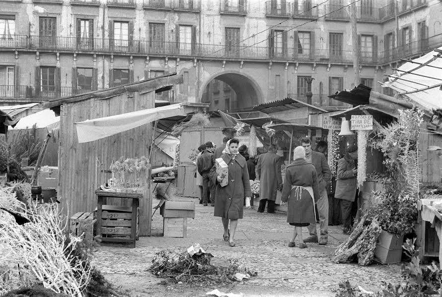 P Foto De 1960 Con Puestos Navideños En La Plaza Mayor De Madrid Foto Efe Jb P Plaza Mayor De Madrid Fotos Antiguas Madrid Callejero De Madrid