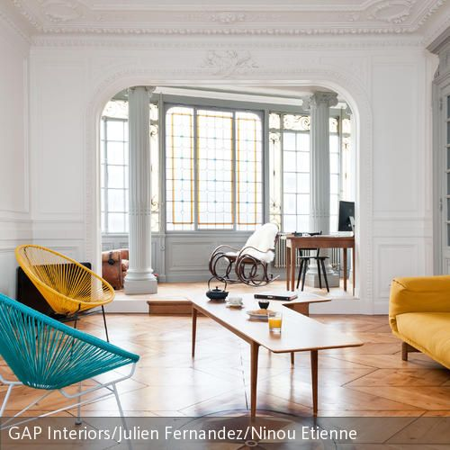 Dieses Edle Wohnzimmer Mit Säulen, Kamin Und Schmuckleisten Aus Stuck Wurde  Durch Minimalistische Einrichtung Mit