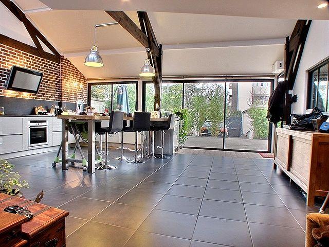 un vaste sejour triple avec cuisine ouverte enti rement quip e avec des mat riaux et. Black Bedroom Furniture Sets. Home Design Ideas