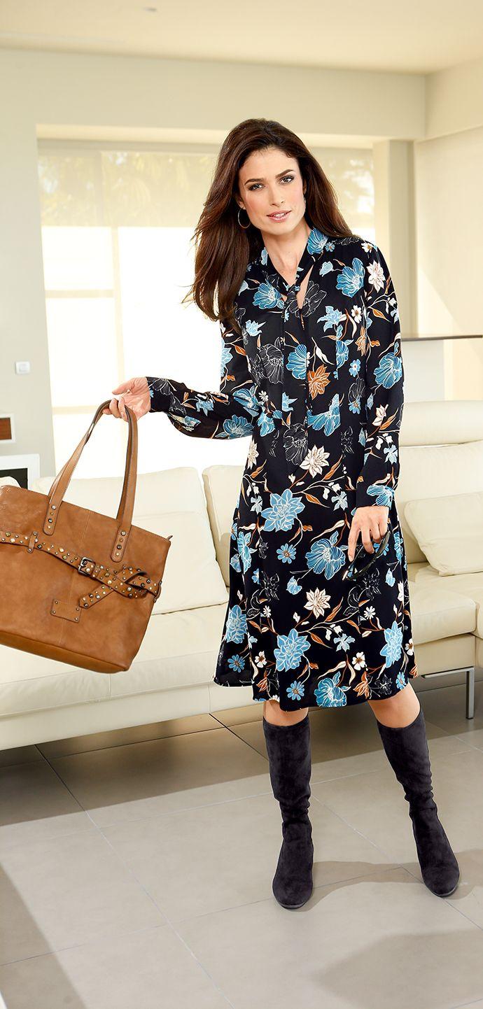 Halb Kleid, halb Bluse: Das Kleid von PAOLA mit floralem Druckdessin hat für jede unserer Ladys einen Strauß Blumen übrig!