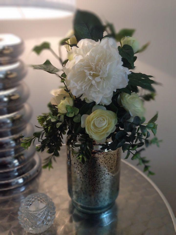 Arreglo flores artificiales plata dos vistas en mesa de noche