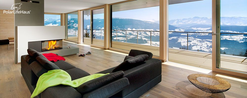 wohnzimmer mit bodentiefen fenster kamin und traumausblick. Black Bedroom Furniture Sets. Home Design Ideas