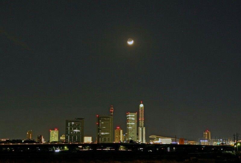 さいたま市の夜景と三日月