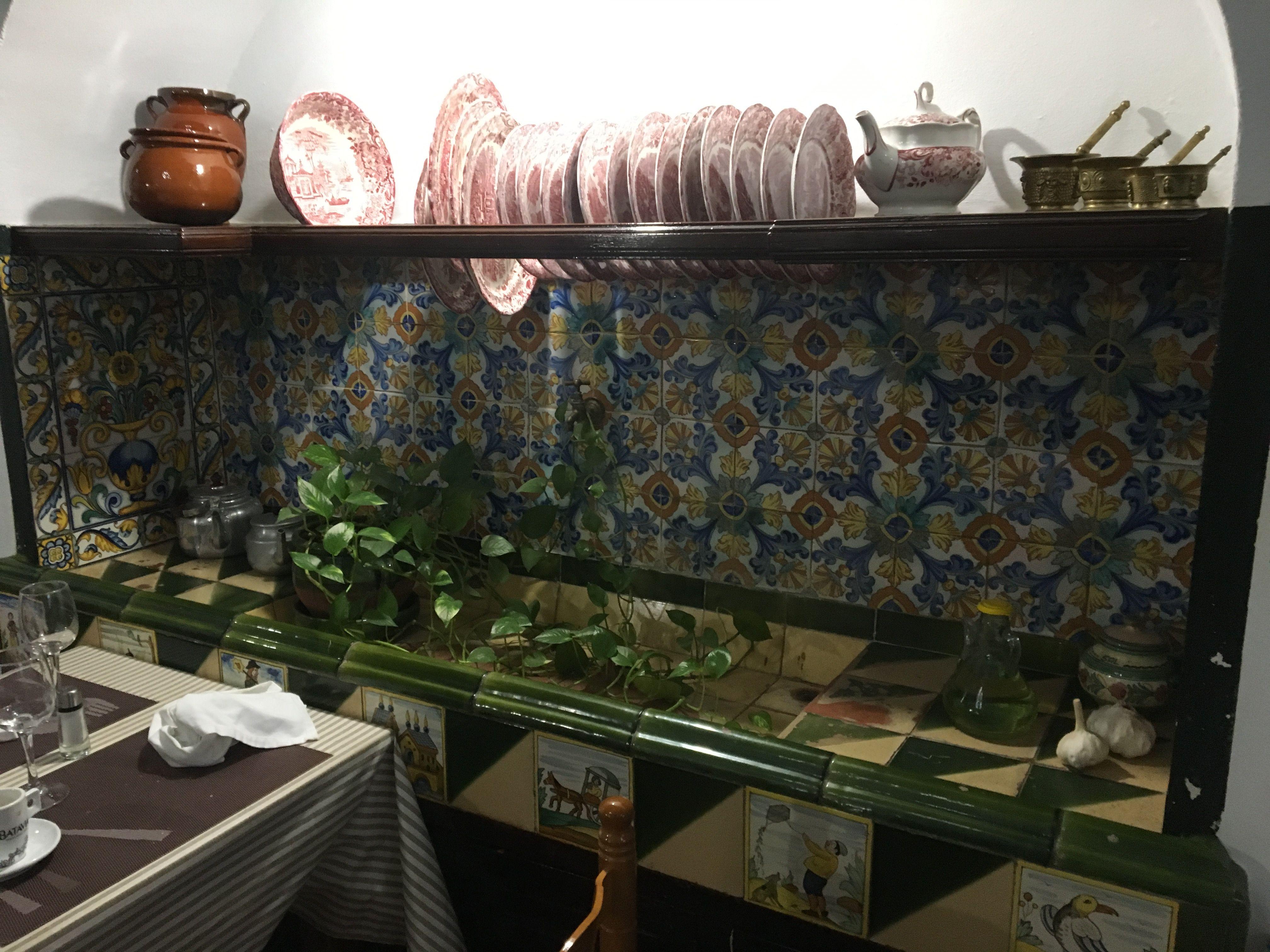 Original escurreplatos sobre fregadero en la Cocina de una antigua ...