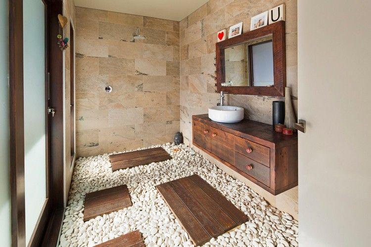 Wandmontierter Holz Waschtisch, Beige Naturstein Wandfliesen Und Weißer  Zierkies Am Boden