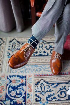 Para combinar com os sapatos marrons, a melhor escolhe está nas meias coloridas masculinas azul-marinho.