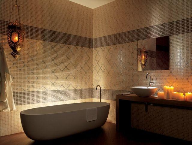 abgedunkeltes Licht grafische Muster auf Badezimmer Fliesen bad - muster badezimmer fliesen