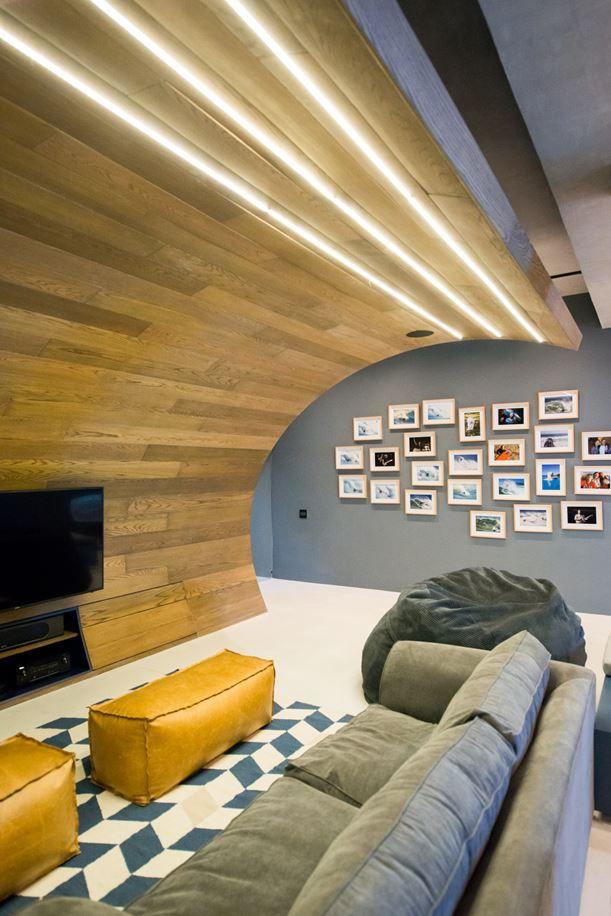hobbyraum-gestaltung-modern-led-streifen-sofa-sitzsack - ideen für indirekte beleuchtung im wohnzimmer