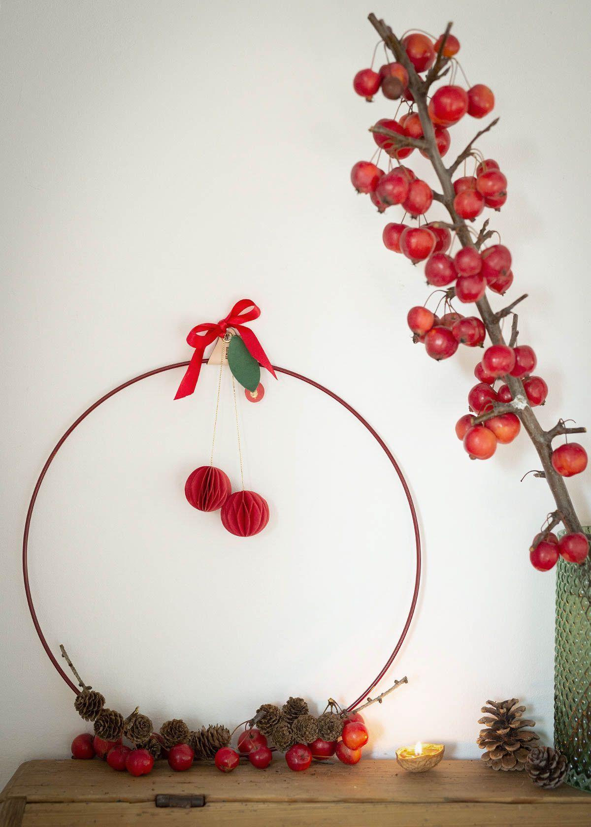 rot-grüne weihnachtsdeko mit äpfeln und nüssen - Wunderschön gemacht #weihnachtsdeko2019trend Der schlichte Dekoring in rot ist mit Zapfen, Zieräpfeln und den Rosetten- Papieräpfeln dekoriert. Den Metallkranz, die Honeycomb Apfel-Christbaumhänger und die Eichhörnchen sind im wunderschoen-gemacht shop erhältlich. #weihnachtsdeko #adventskranz #kranzmitäpfeln #wunderschoengemachtblog #wunderschoengemachtshop