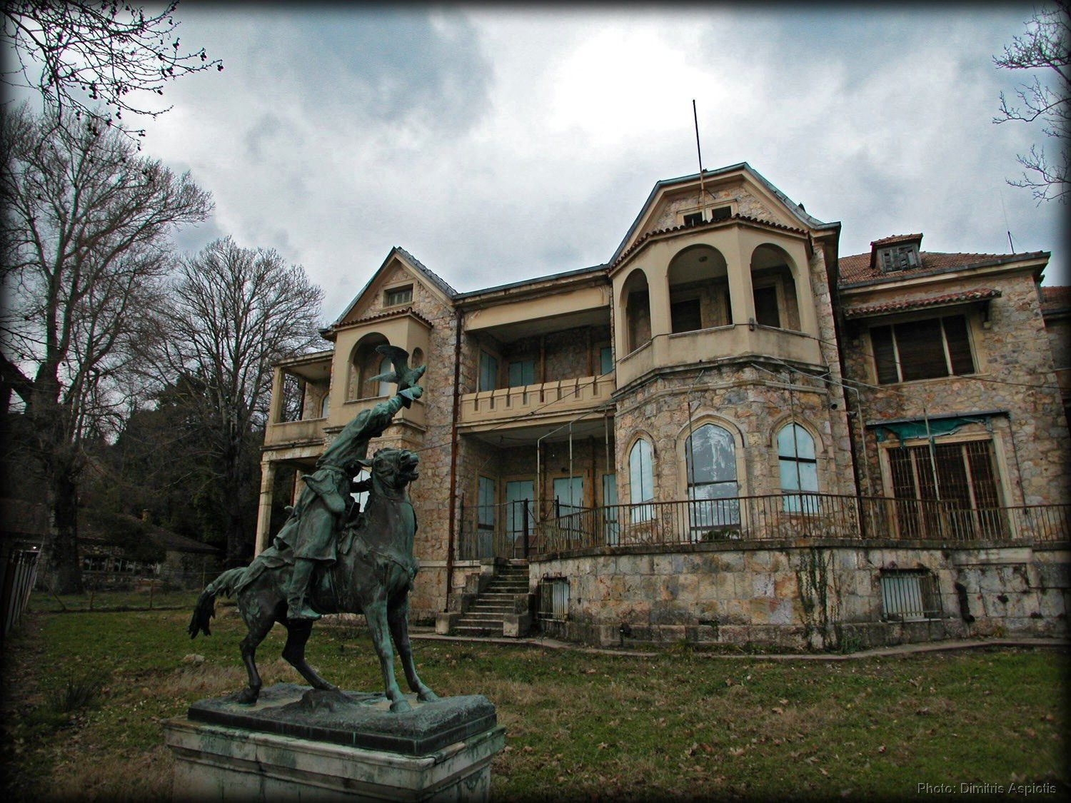 Tatoi Palace - an abandoned 10,000 acre property that was once the summer  residence of the Greek Royal Family. During WWI (during George I… | Rainha  sofia, História