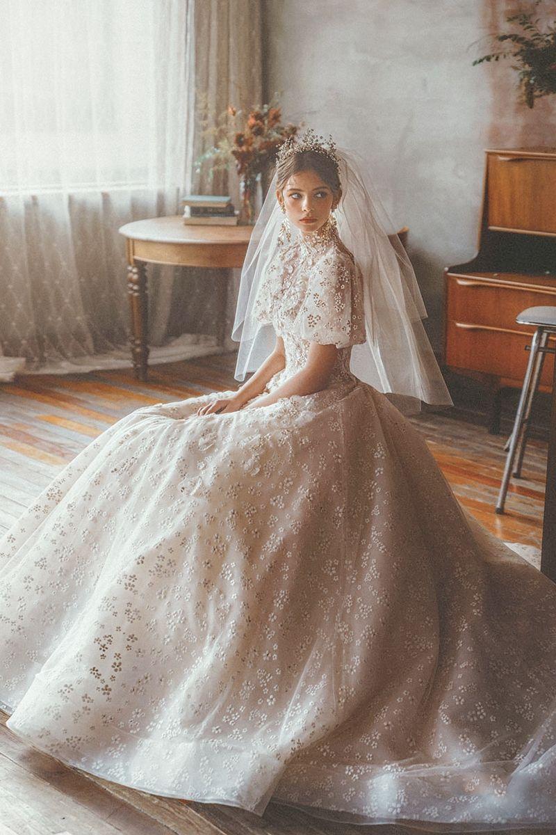 15 Statement Making White Winter Wedding Dresses With Sleeves Wedding Dresses Winter Wedding Dress Rustic Wedding Gowns [ 1200 x 800 Pixel ]