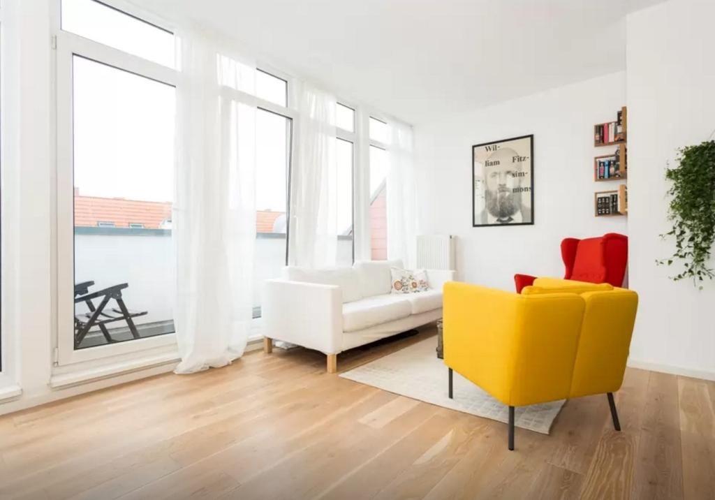 Einrichtungstipp für helle Wohnzimmer bunte Sessel als Farbakzente
