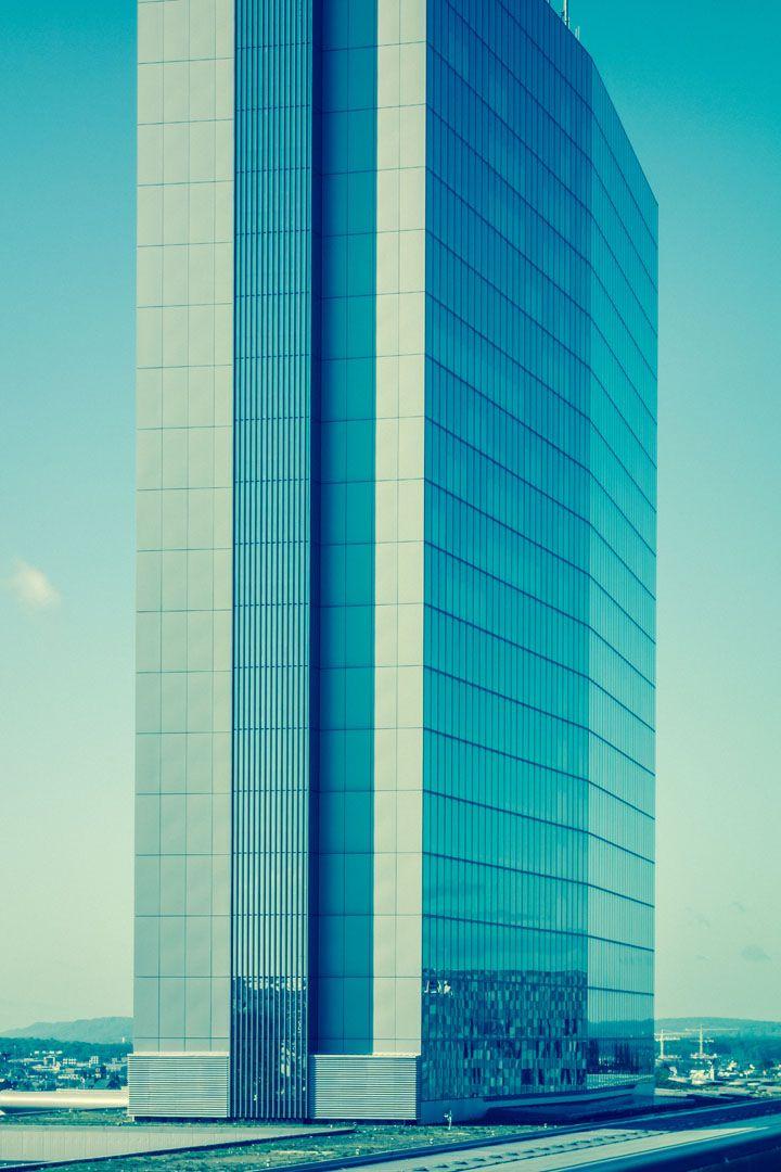 Turm 02 – Bei dieser 3er-Serie wächst ein Büroturm in den Himmel. Der Standpunkt des Betrachters ist relativ. Wiederholtes Umhängen schafft eine sehr subtile Irritation. 2013, MD | © www.piqt.de | #PIQT