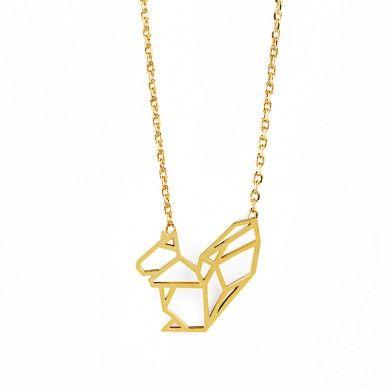 Petit collier raffiné, inspiré du graphisme de l'origami ! Le pendentif découpé forme un écureuil, retenu par une chaîne aux mailles fines. Le collier mesure 41 cm.Le pendentif mesure 1,2 x 1,5 cm. Métal doré.
