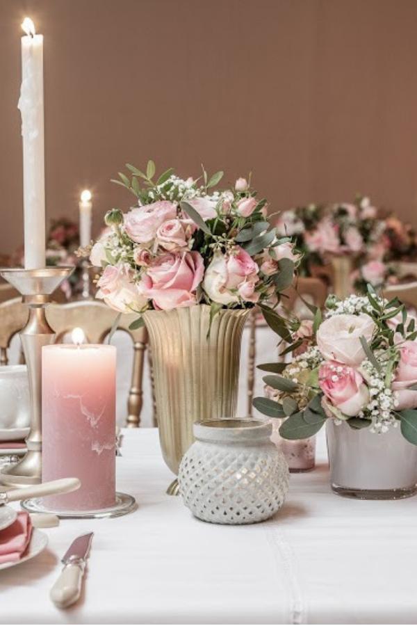 Wit In Combinatie Met Roze Als Decoratie Voor De Tafeldekking Op Jullie Bruiloft Prachtige Combo Als Je Bruidstafel Bruiloftdecoratie Tafeldecoratie Bruiloft