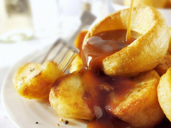 Yorkshire Pudding mit Bratensoße ist ein Rezept mit frischen Zutaten aus der Kategorie Saucen. Probieren Sie dieses und weitere Rezepte von EAT SMARTER!