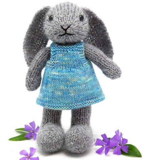 Visto aquí: http://www.craftsy.com/pattern/knitting/toy/well-dressed-bunny/9106