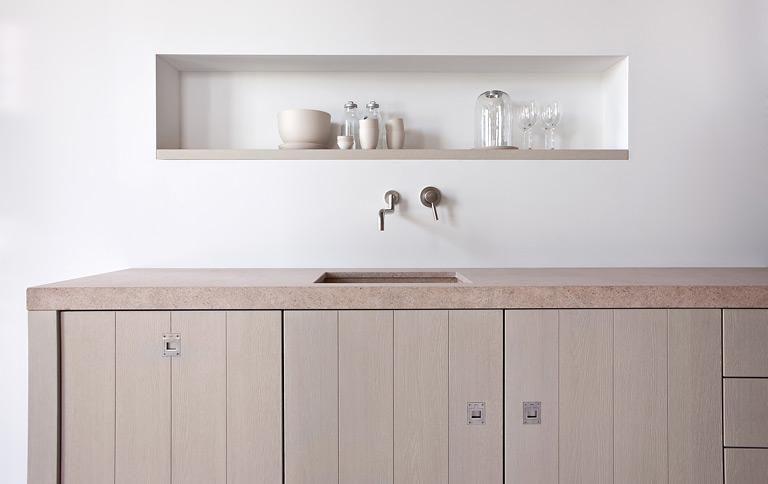 """Die lattenartigen Eichenfronten von Piet Boons """"Original""""-Küche zitieren den Look von Scheunen. Das gibt den Möbeln ihr charakteristisches Aussehen. Die dicke Arbeitsplatte aus Stein passt sich in diesen natürlichen Look besten ein. In fünf Farbtönen erhältlich."""