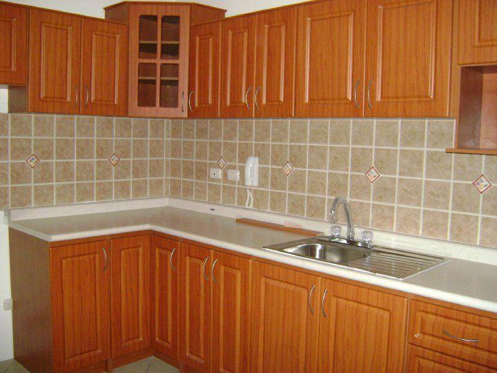 Gabinetes verdes para cocina colonial vista interior for Gabinetes de madera para cocina pequena