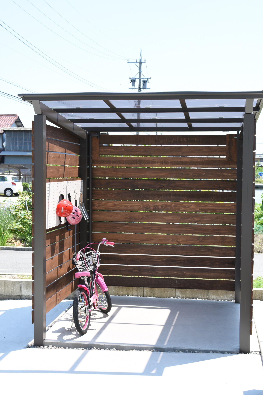 オリジナルの自転車置き場 既製品のアルミのサイクルポートにヒノキの