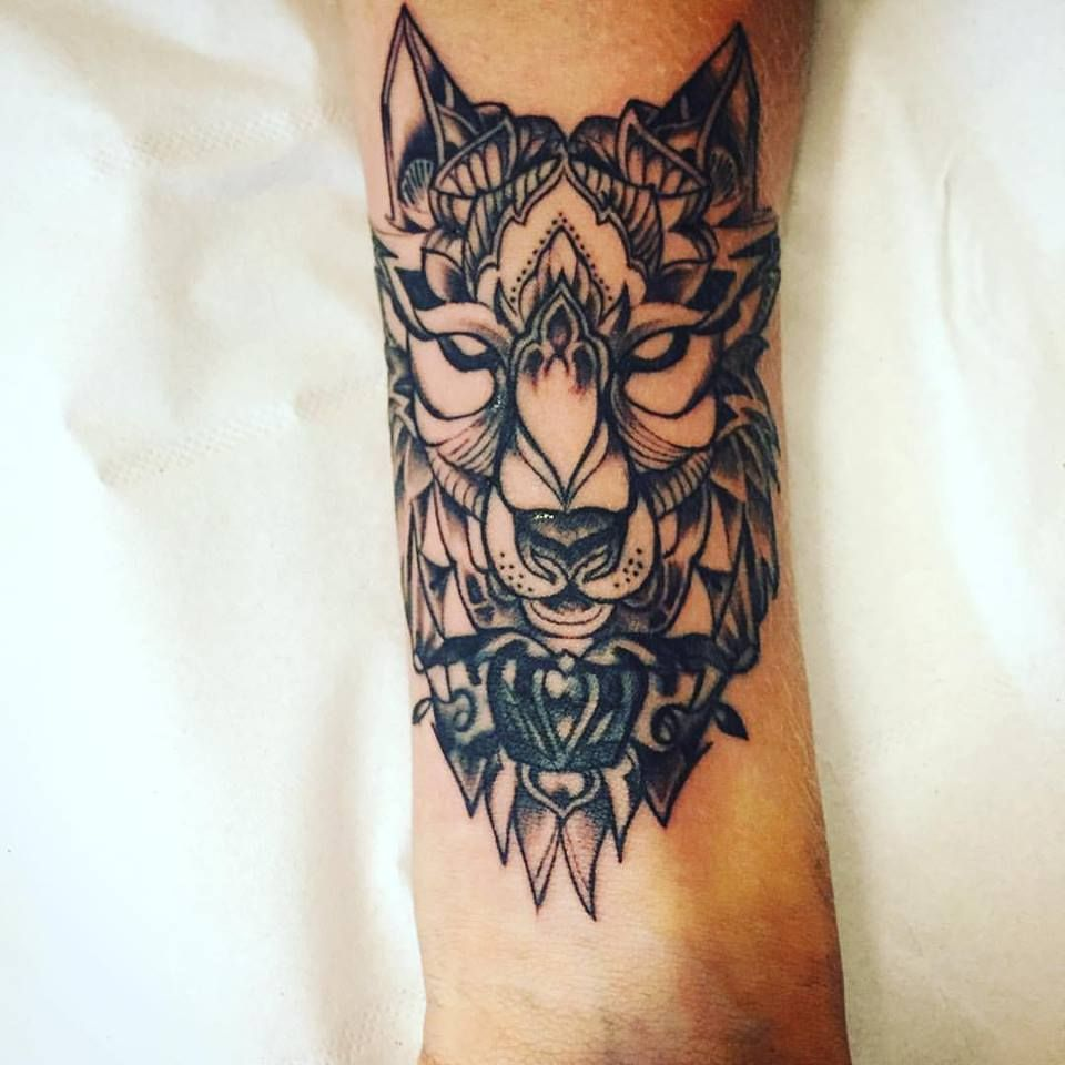 tatouage loup d 39 une youtubeuse emyltr tatouage loup. Black Bedroom Furniture Sets. Home Design Ideas
