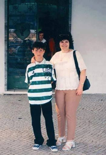 Young Cristiano Ronaldo when he first arrived at Sporting CP, in front of the old door 10A, brought by his mother, Dona Dolores