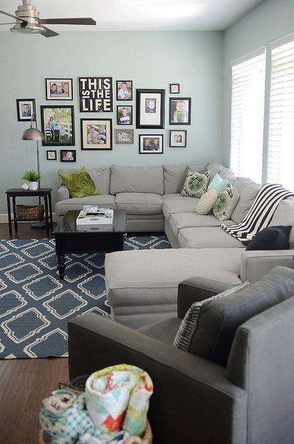 Parete con composizione di quadri appesi in soggiorno | Livingroom ...