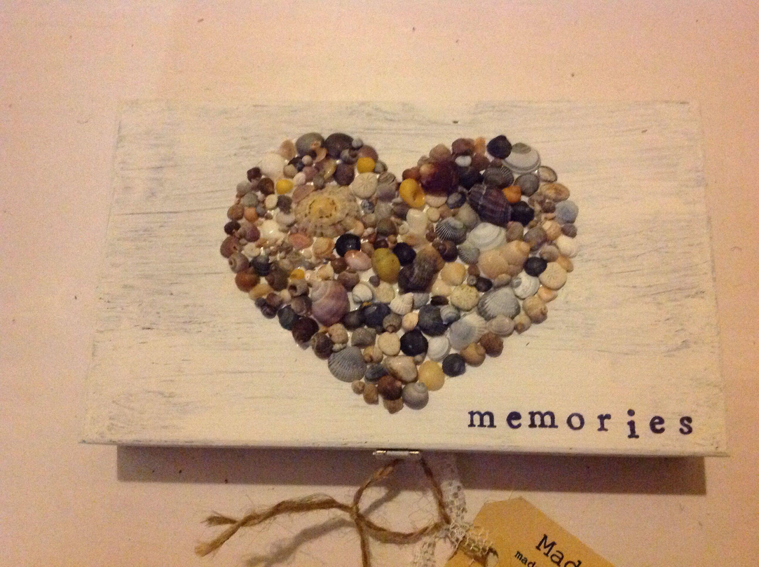 Made-by-An. Kistje met schelpjes uit westenschouwen.