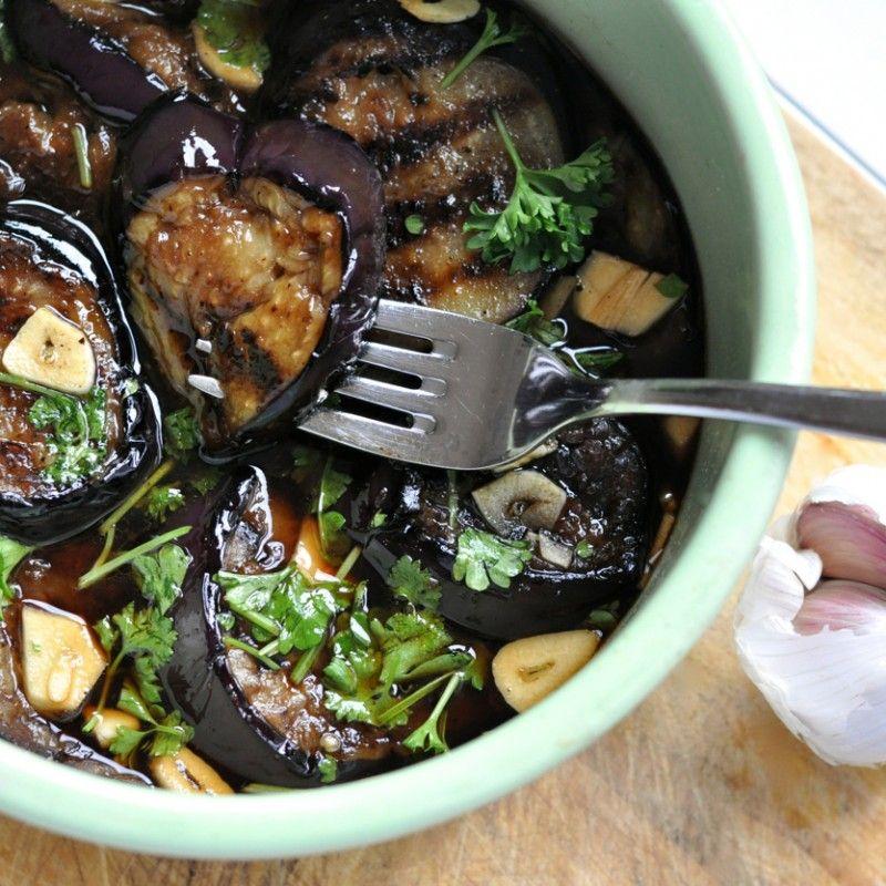 Als je van aubergines houdt, dan MOET je deze proeven. En als je ook een liefhebber van knoflook bent....dan is dit een hapje dat je niet zo snel zal vergeten. Het enige werk wat hiervoor nodig is, is het bakken van de aubergine en het dun snijden van de groente en kruiden. Dan even laten koelen...