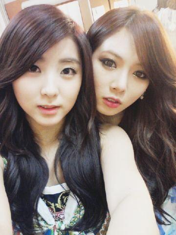 4minute's HyunA gives Sohyun a back hug
