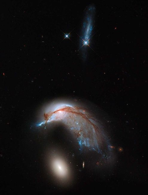 Hubble image of Arp-142 (Credit: NASA, ESA and the Hubble Heritage Team (STScI/AURA))