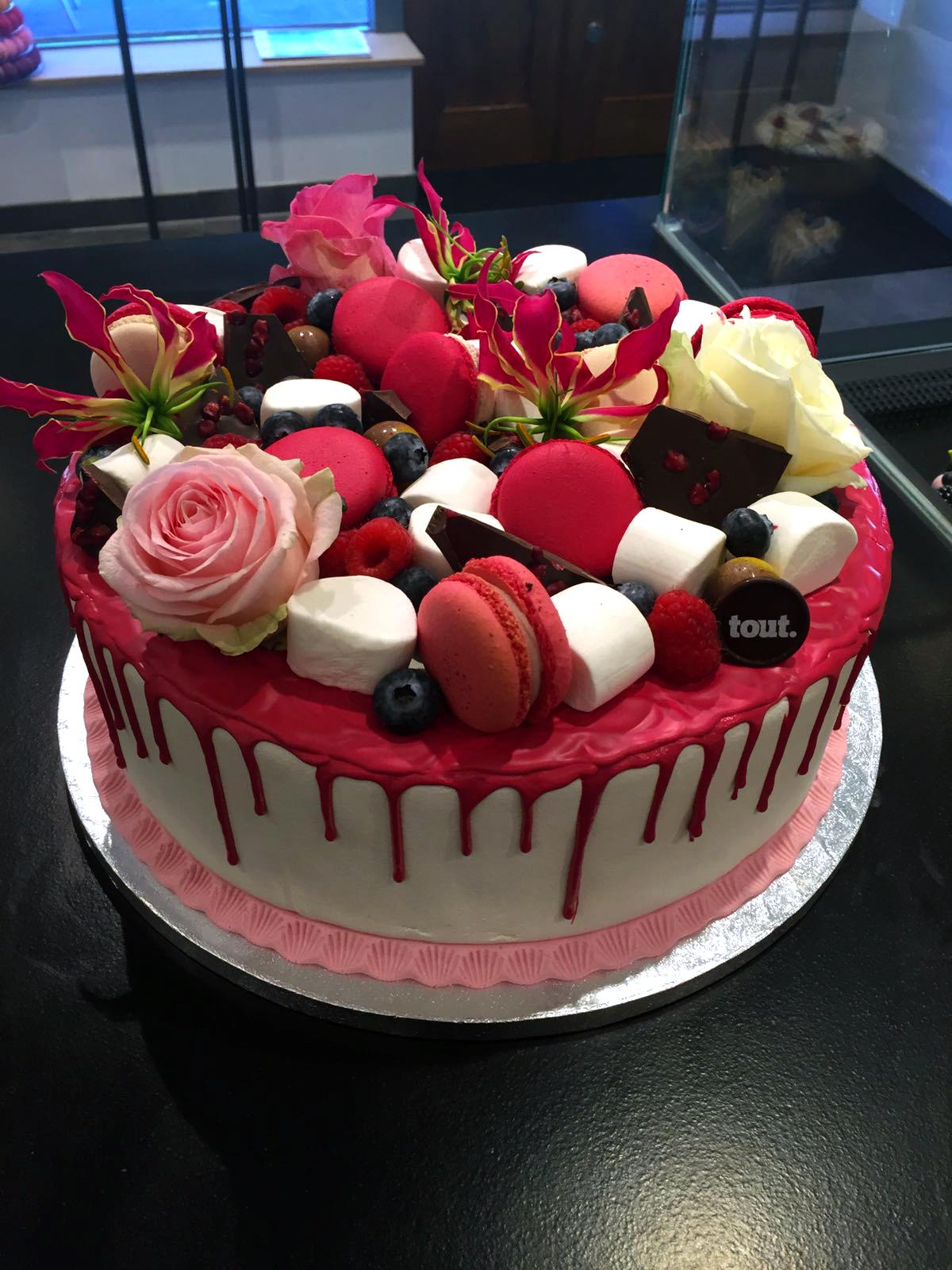 Een prachtige custommade Red Velvet Cake! Op bestelling