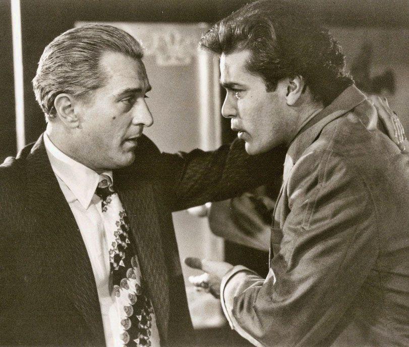 Robert De Niro Y Ray Liotta En Uno De Los Nuestros 1990 Gangster Movies Movies Quotes Scene Ray Liotta