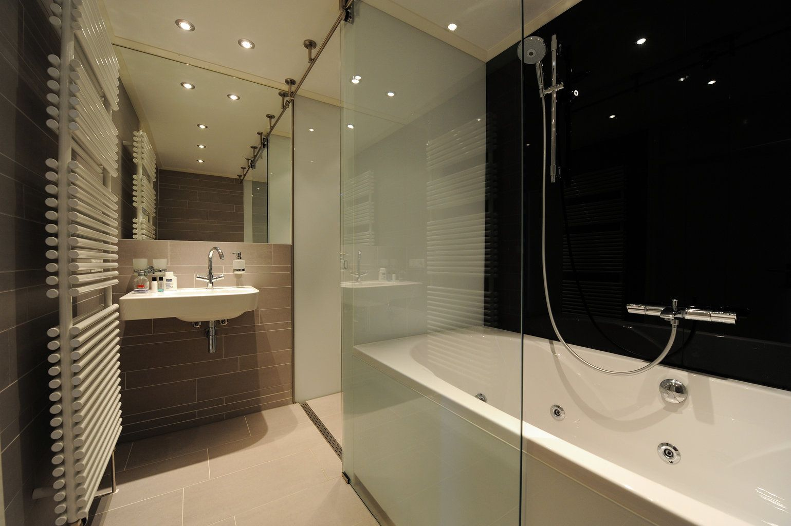 Gekleurd glas is ideaal om de wanden in je badkamer te bekleden
