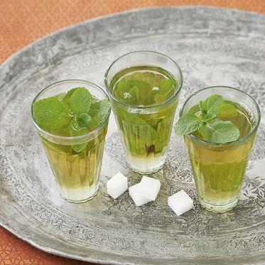 Probieren Sie einmal Marokkanischen Minztee: Der sehr süße und minzwürzige Tee wird in Marokko überall und zu jeder Gelegenheit angeboten. Er macht munter und erfrischt zugleich. Hier ein Rezeptvorschlag.